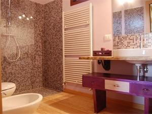 bagno camera viola agriturismo la di Buiat